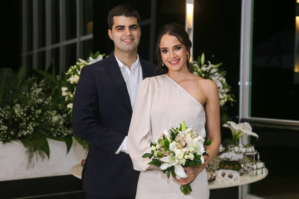 Victor Arruda Pinheiro e Lia Studart de Farias celebram união em cerimônia intimista