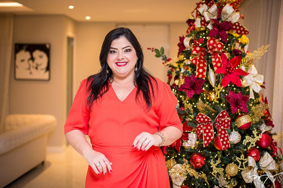 Décor de Natal: Vivi Almada aposta nos tons vermelho e dourado com muito brilho