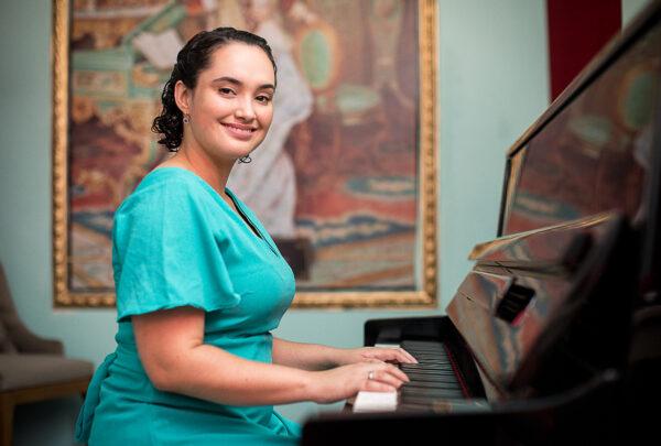 Conheça Raquel Martins, a musicista que encantou no Anjos do Natal 2020
