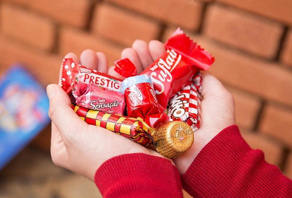 Quiosque da Nestlé no RioMar Fortaleza personaliza caixa de chocolates
