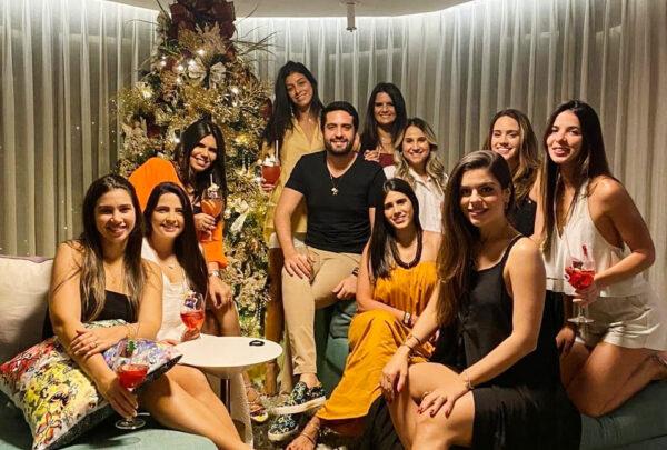 Victor Oliveira reúne amigos em casa para o tradicional encontro natalino