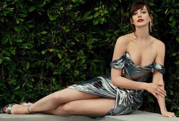 Em casa, Anne Hathaway aposta em looks deslumbrantes para a estreia do novo filme
