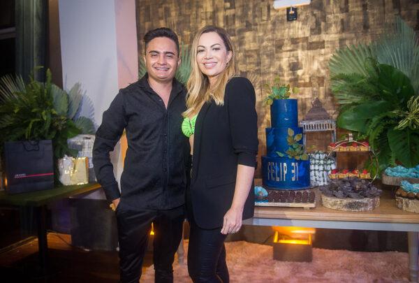 Felipe Araújo celebra aniversário no L'Ô e ganha homenagem de Solange Almeida