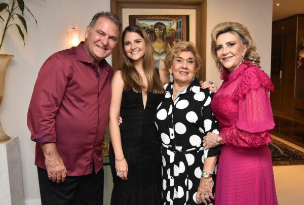 Gabriela da Escóssia comemora 18 anos em jantar especial com a família