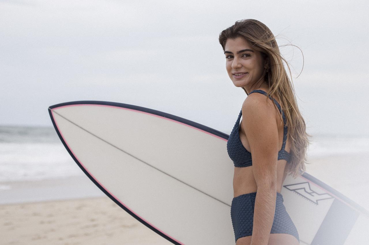 Sarah Erel revela paixão pelo surfe e conta como concilia a prática com o hipismo
