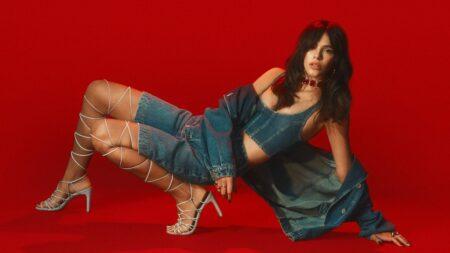 Bruna Marquezine estreia como cantora em nova campanha da Colcci