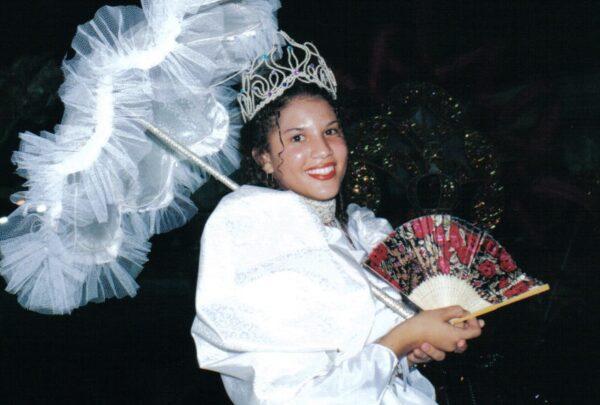 Rainha de maracatu há 16 anos, Débora Sá compartilha fotos dos desfiles na Av. Domingos Olímpio