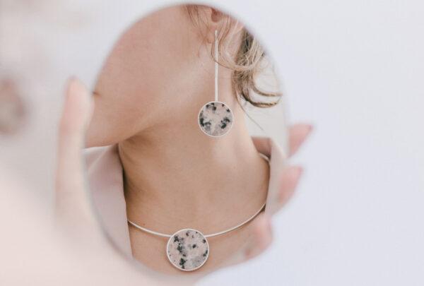 Nathalia Canamary lança coleção de joias utilizando granito