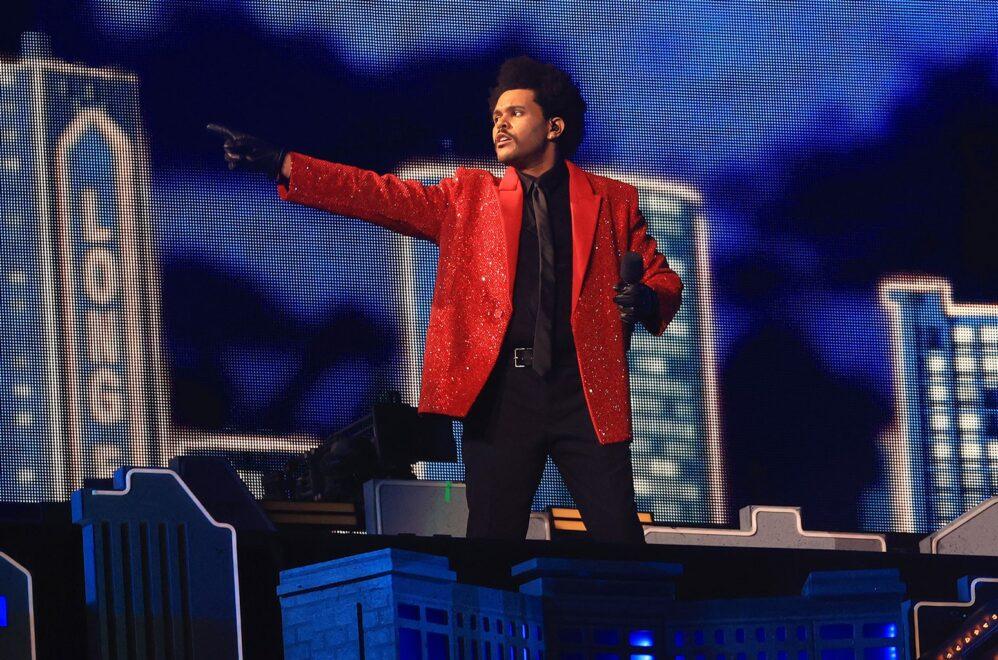 The Weeknd faz show no Super Bowl com megaestrutura e hits aclamados pelo público