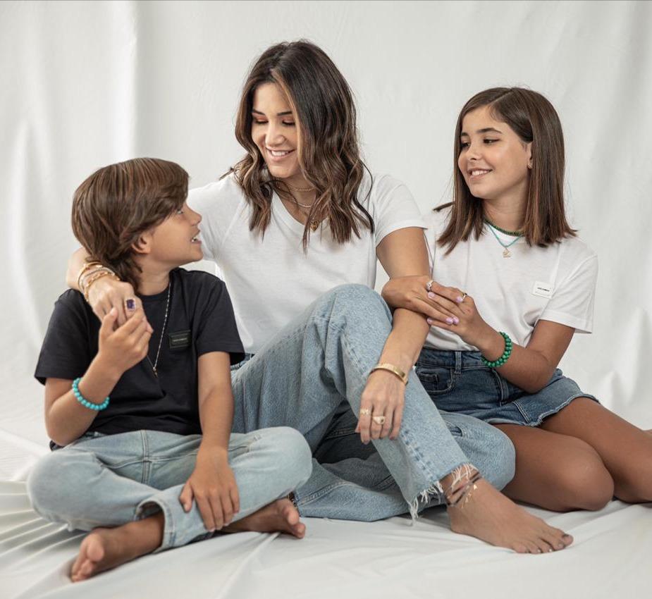 Aline Pinho com os filhos Liz e Antônio, em clique para a campanha da A.T Jewel (Foto: Divulgação)