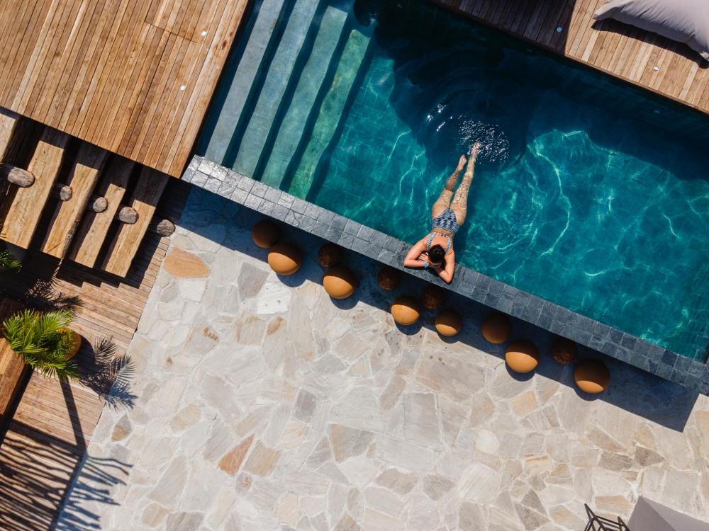 Makena Hotel aposta em luxo rústico com piscinas e jardins privativos