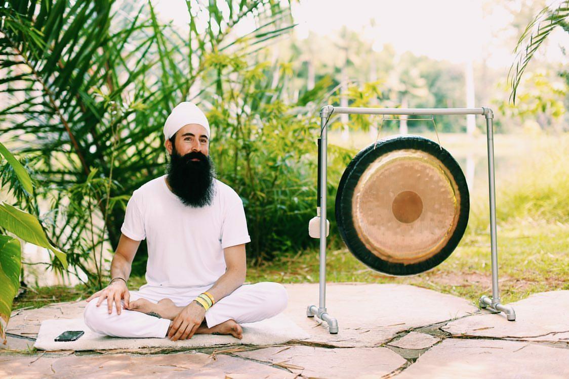 Renato Moura ensina como relaxar e dormir com o auxílio de um gongo