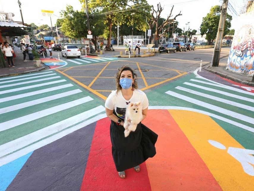 Natália Herculano visita faixas de pedestres com cores LGBTQIA+
