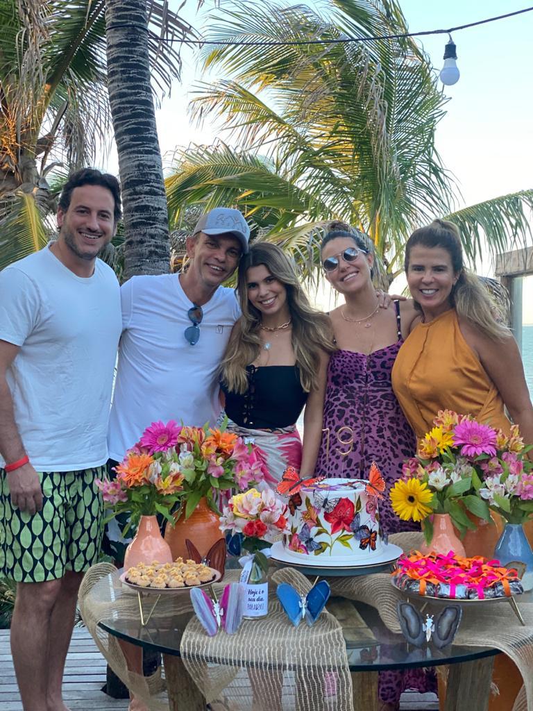 Julia Pinto com os pais, Alexandra e Fred Pinto, e o casal amigo da família, Bruna Cardoso e José (Foto: Arquivo pessoal)