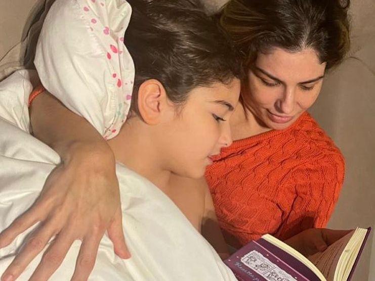 A rotina em São Paulo permitiu mais momentos ao lado das filhas, como a leitura antes de dormir. (Foto: Arquivo pessoal)