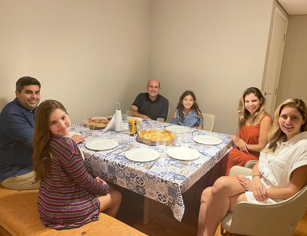 Restritos devido ao isolamento, Carol, Roberto e as filhas recebem amigos de Fortaleza na capital paulista. (Foto: Arquivo pessoal)