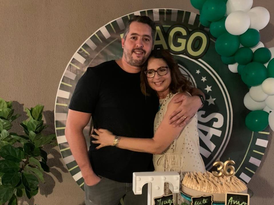Márcia Andréa celebra aniversário do filho e Dia das Mães em evento intimista