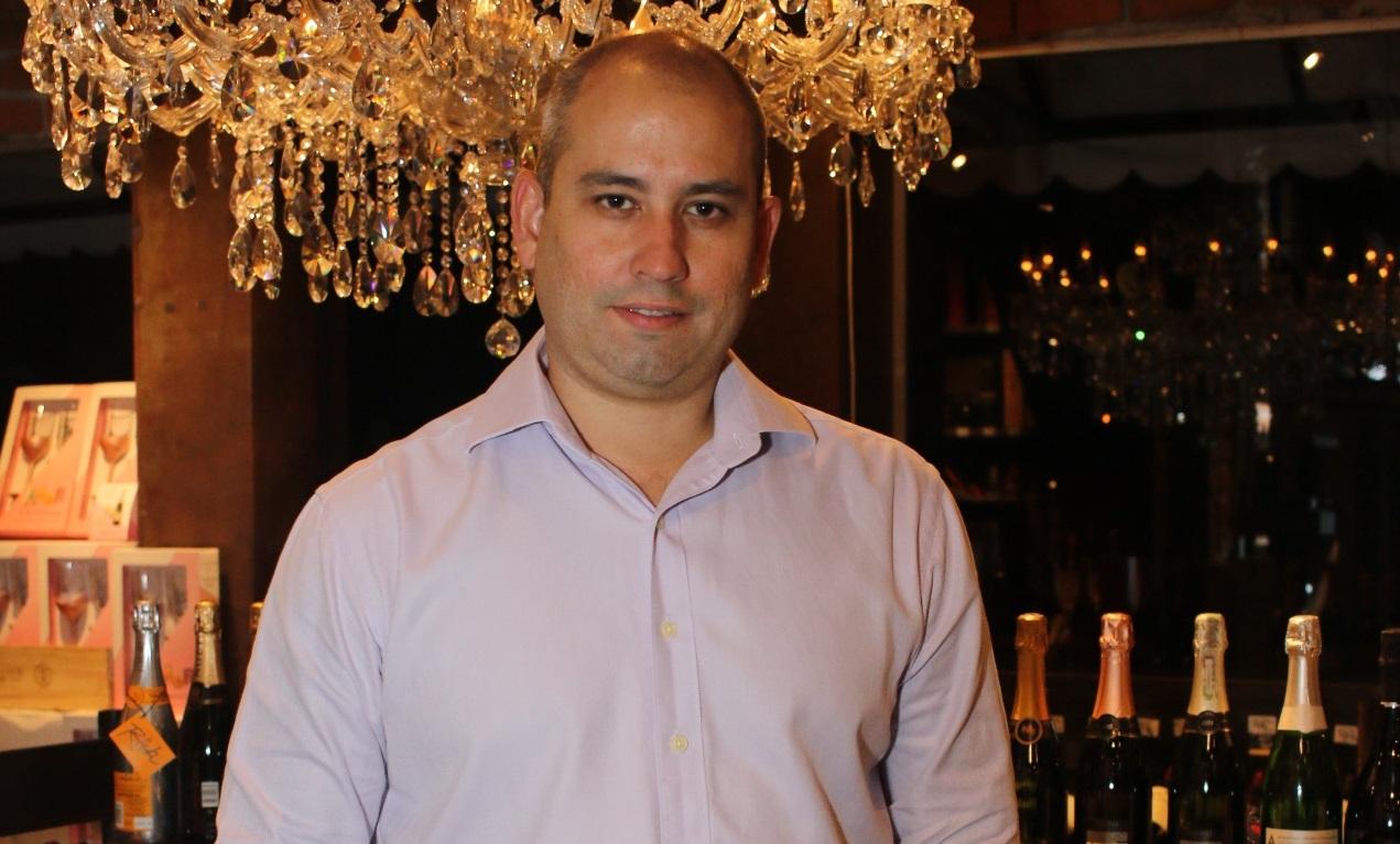 Consumo de vinho por brasileiros aumenta durante o isolamento, avalia sommelier André Linheiro