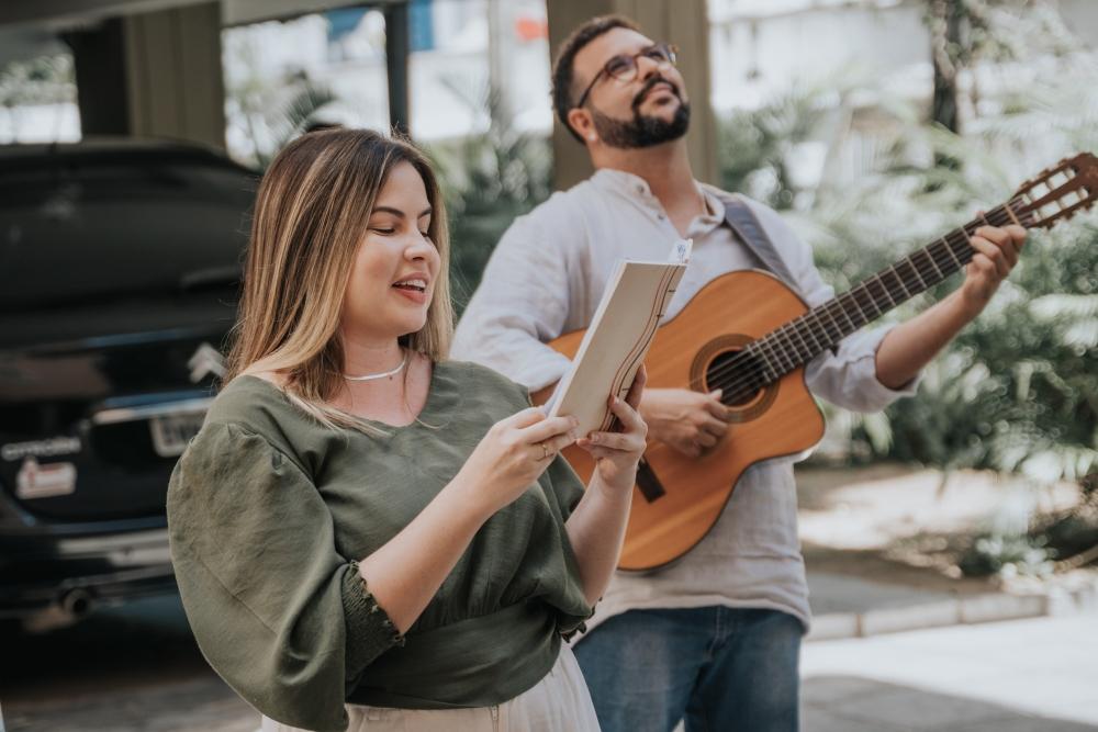 Desce, vai ter serenata: Trio de celebrantes cria reinvenção de loucuras de amor