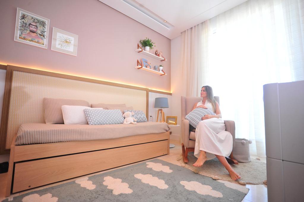 Bruna Waleska mostra o quarto de Franscisco