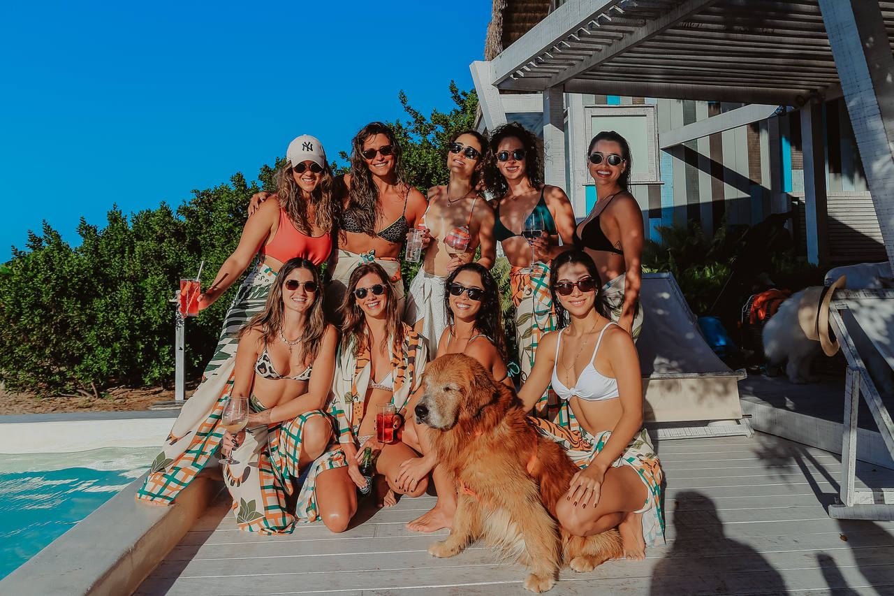 Maria Eugênia Ventura e Stephanie Amorim com grupo de amigas em Moitas (Foto: Arquivo pessoal)