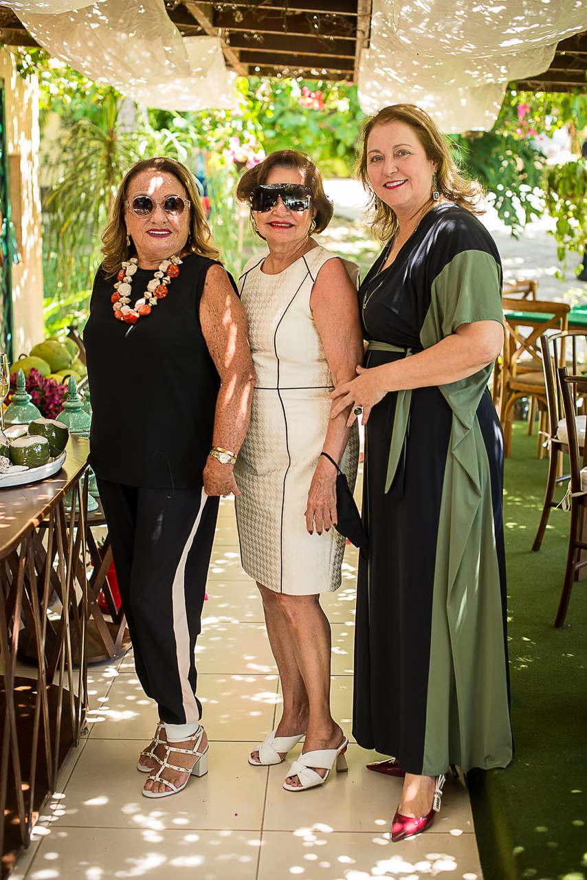 Marize Castelo Branco celebra aniversário com amigas no Porto das Dunas