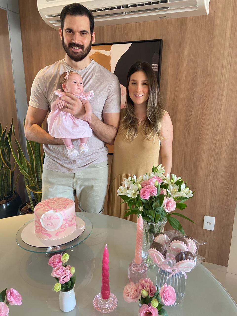 Amanda Maia e Bruno Perdigão celebram primeiro mês de Victoria