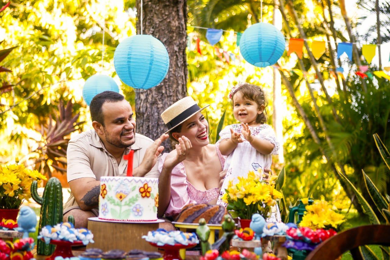 Jomara Cid e Sérgio Filho comemoram aniversário de 1 ano de Flor