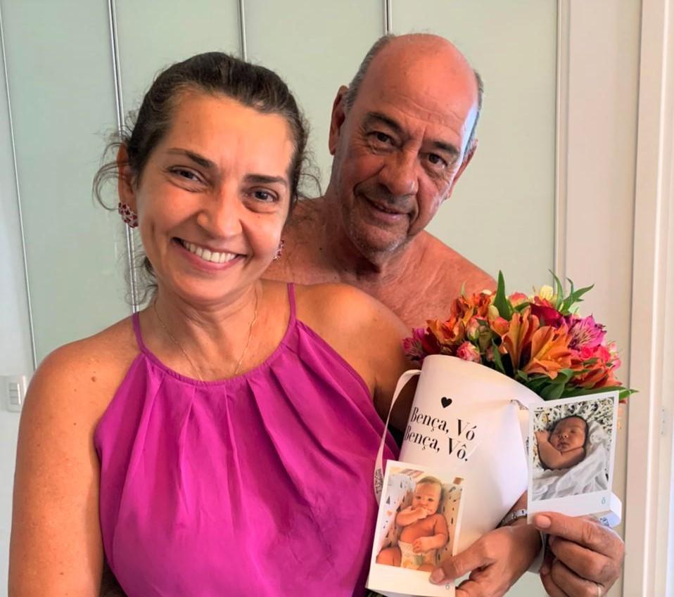 Márcia e Fernando Travessoni ganham surpresa no Dia dos Avós