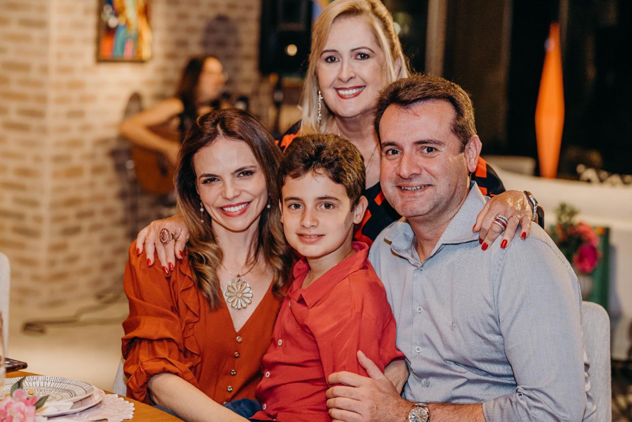 Teresa Gurgel celebra novo ciclo ao lado de familiares
