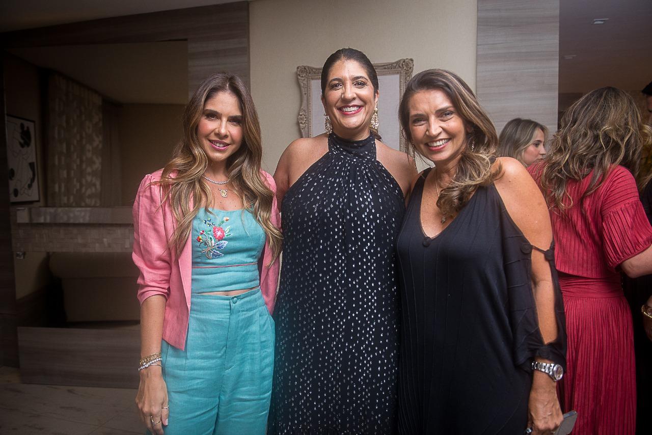 Elisa Oliveira comemora nova idade ao lado de amigas
