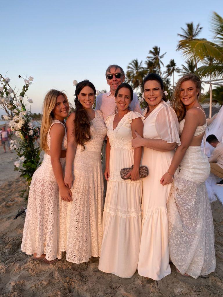 Alexandre Montenegro, pai do noivo; Maria Eduarda, Rebeca Sousa, Andréa Montenegro, Andréa Rios e Maria Cecília (Foto: Arquivo pessoal)
