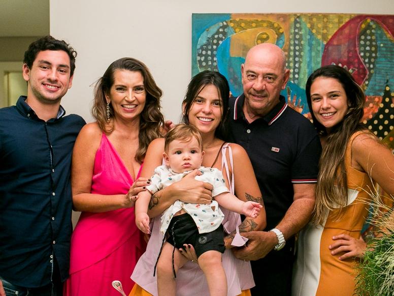 Márcia Travessoni apresenta o neto em happy hour para amigas