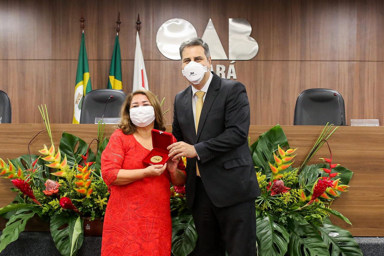 Maria Vital recebe Medalha Advogado Padrão Edgar Cavalcante Arruda em solenidade na OAB-CE