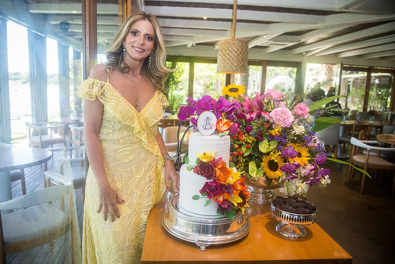 Michelle Aragão reúne amigas para comemorar nova idade