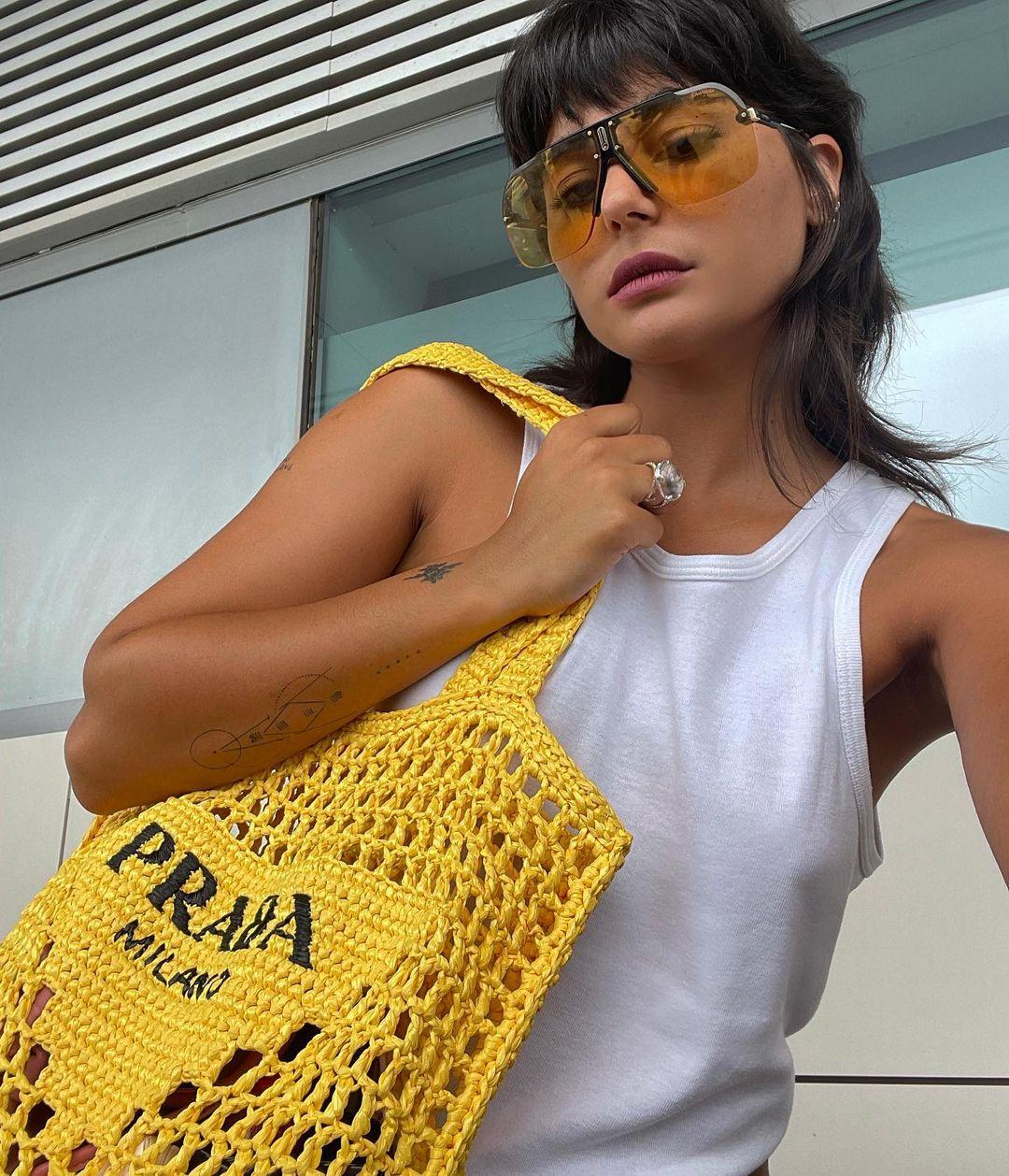 Bolsa de crochê da Prada é a nova queridinha das fashionistas; descubra valor da peça