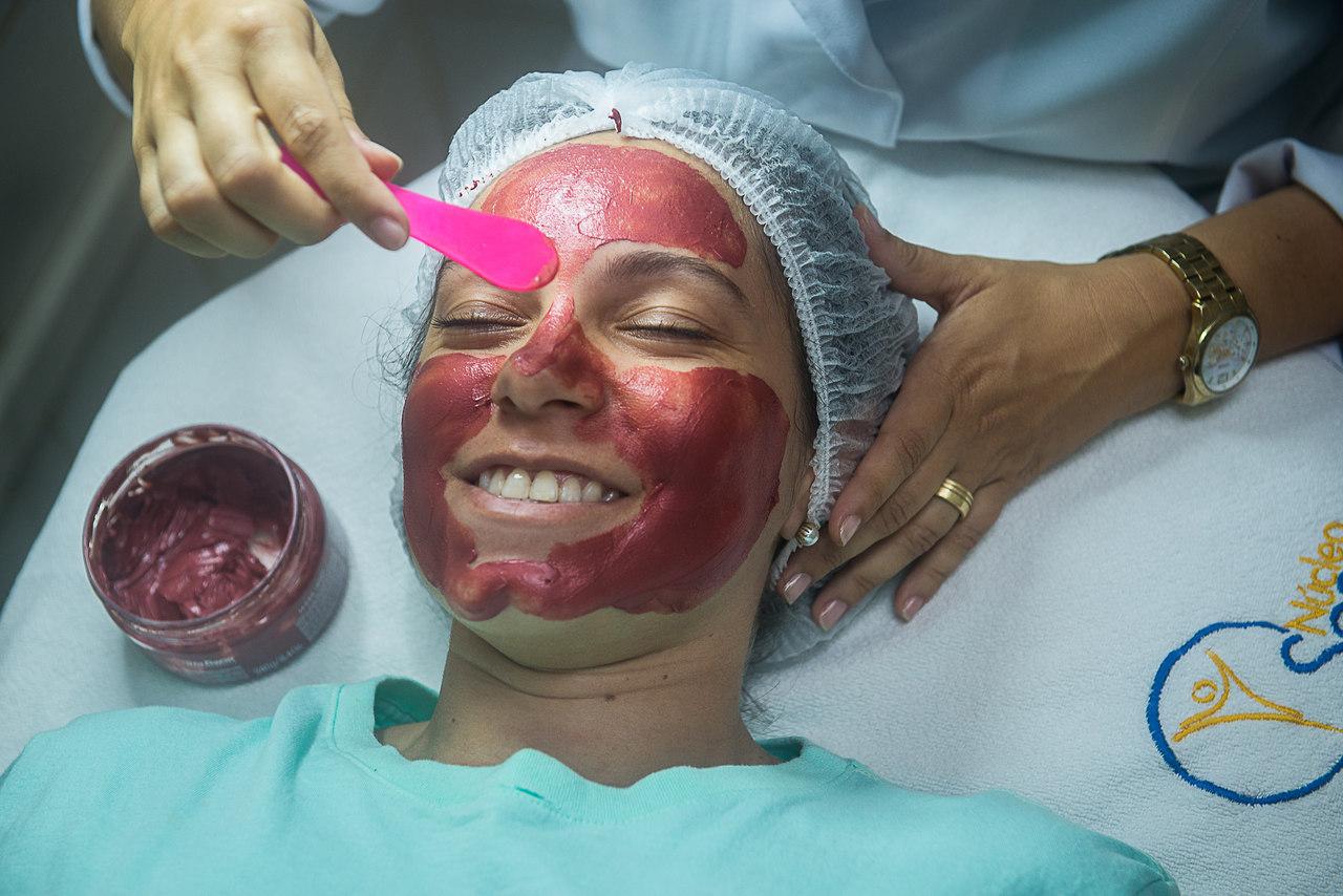 Uso de máscaras: procedimentos estéticos que ajudam a cuidar da pele do rosto