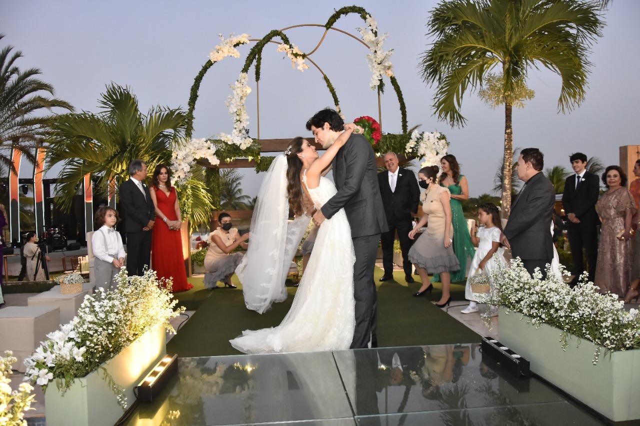Casamento de Manuela Rolim e Raphael Nogueira tem show de Latino; veja fotos