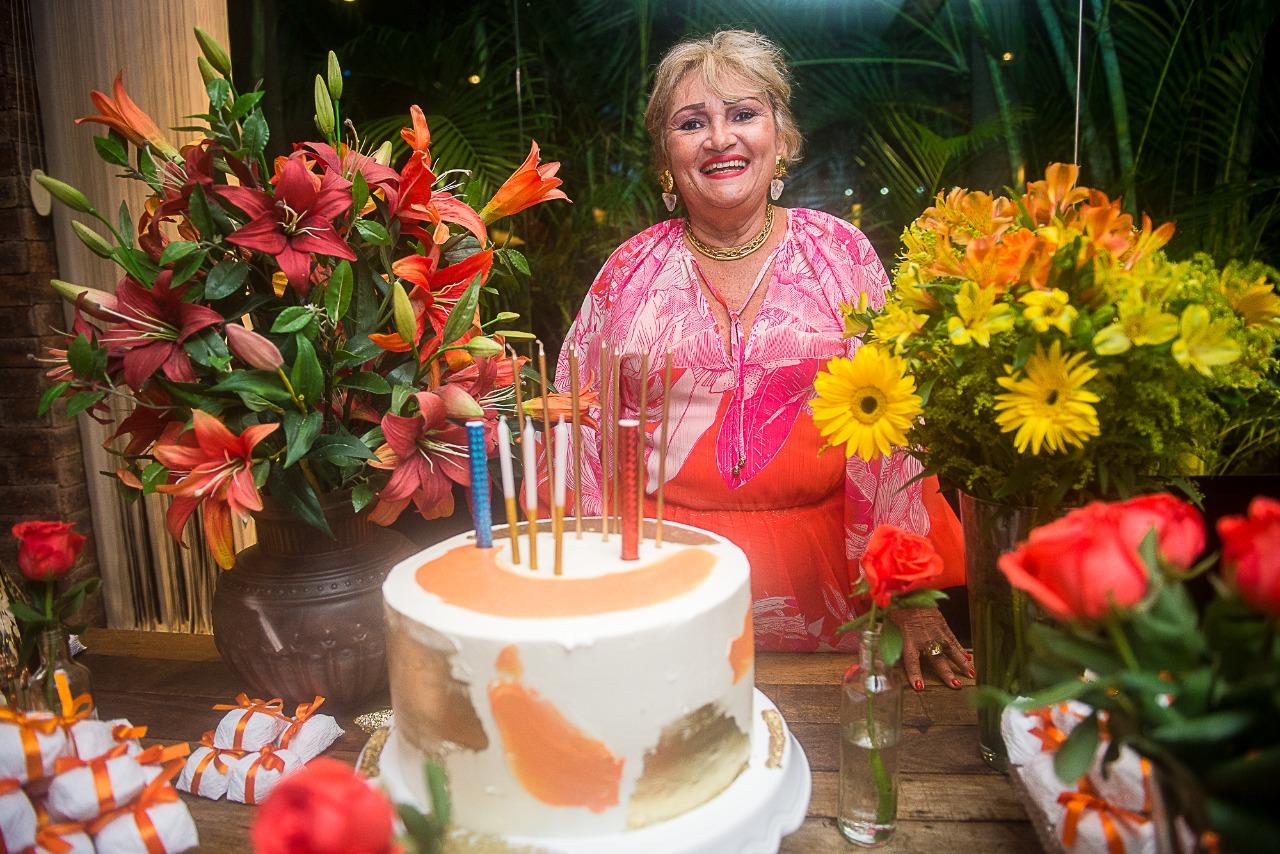Vera Costa ganha aniversário surpresa das amigas